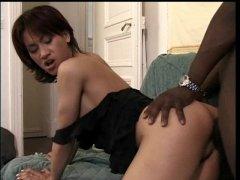 Du sexe hard avec une salope japonaise qui kiffe les blacks